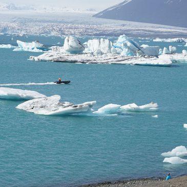 Zwarte stranden en ijsbergen